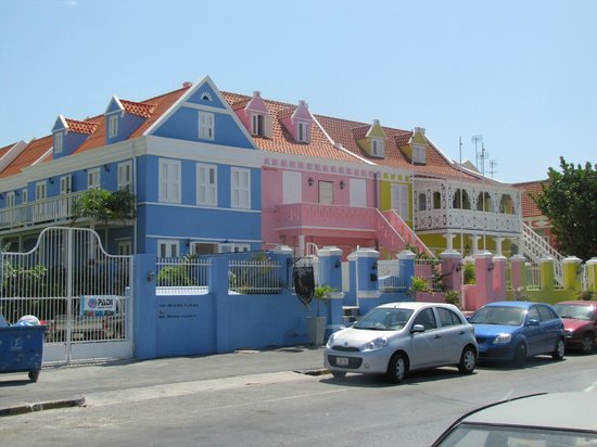 Scuba Lodge & Suites: Het complex vanaf de straat gezien