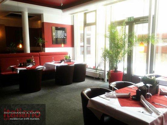 Italiano - Ristorante & Caffe: ... mit Blick zum Innenhof.
