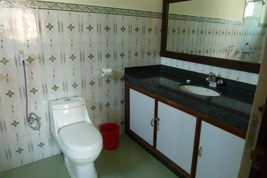 Bougainvillea Hotel: bathroom