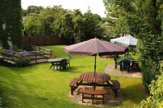 Glenbank House Hotel : Relax in our licenced garden
