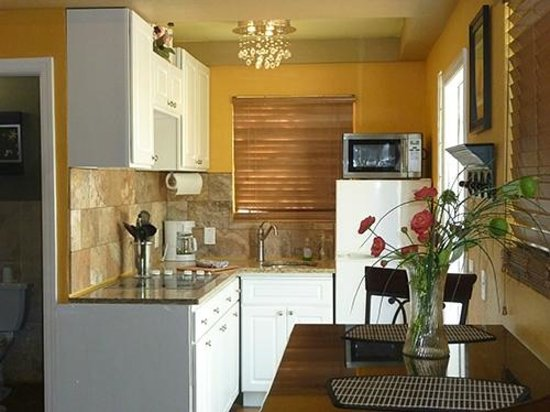 A Beach'n Place: Kitchen of Tiki Suite