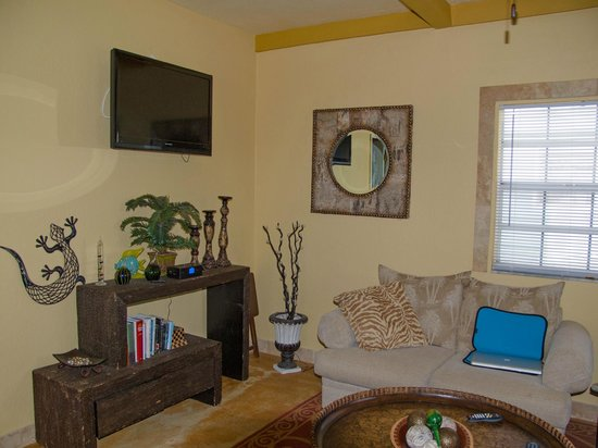 A Beach'n Place: Living room of Breeze Suite