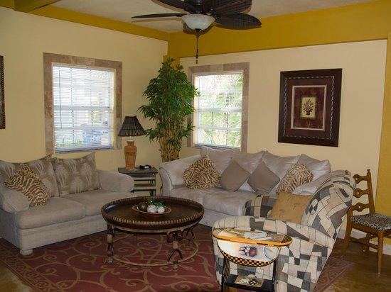 A Beach'n Place: Living room Breeze Suite