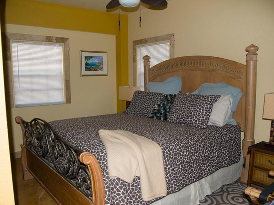 A Beach'n Place: Master bedroom of Breeze Suite