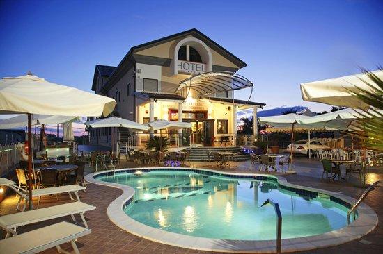 Giardino e piscina esterni - Foto di Hotel Insonnia, Agropoli ...