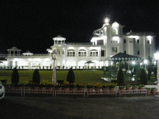 Kandaghat, India: night view of the hotel