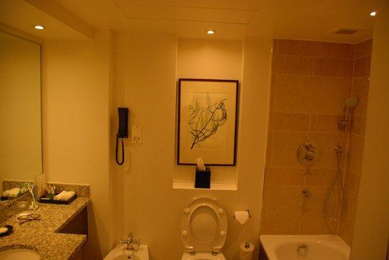 Hyatt Regency London - The Churchill: Bathroom - a little cramped