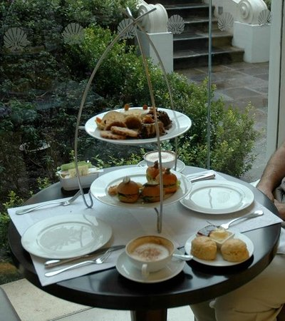 Casa Gangotena : Afternoon tea. Cakes, pastries and little filled rolls.