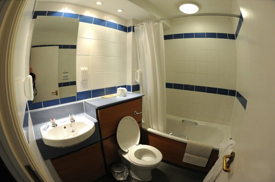 The Wyndham Arms: Bathroom