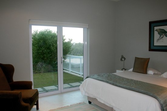 Orchid House: Sunny bedroom opens on to pool area