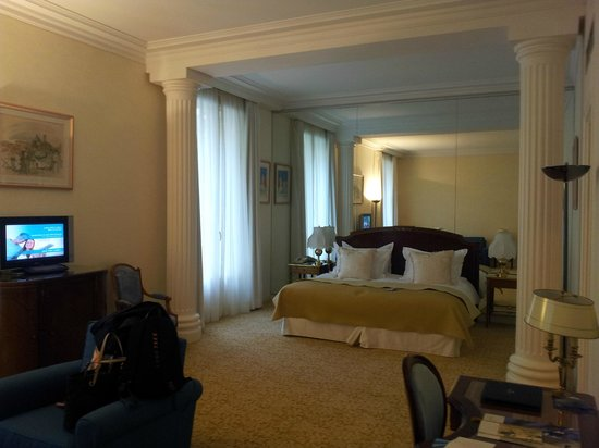 Hotel de Paris: BIG BED, BIG SUITE
