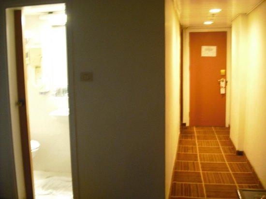 Rimonim Shalom Hotel Jerusalem: Typical hotel room layout but no safe to be found.