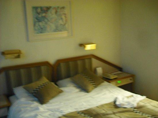 Rimonim Shalom Hotel Jerusalem: Comfortable bed (and control panel for everything)