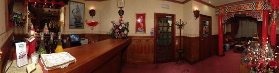 The Garden Hotel & Restaurant: Restaurant Bar and Seating Area