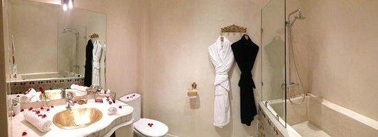 Riad Dar Anika: Our bathroom