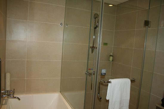 Taipei Garden Hotel: Newly renovated shower and bathtub