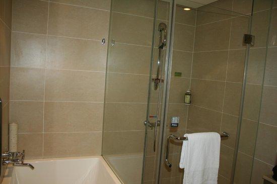 ไทเป การ์เด้น โฮเต็ล: Newly renovated shower and bathtub