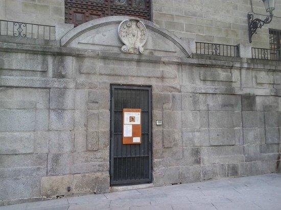 Capilla del Obispo : Puerta de acceso cerrada a cal y canto