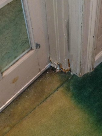 Princess Bayside Beach Hotel: corroded door jam leading to pool/ stained carpet right side