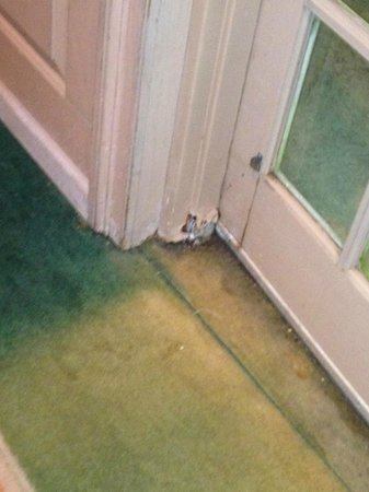 Princess Bayside Beach Hotel: corroded door jam leading to pool/ stained carpet left side