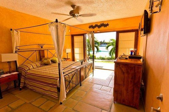 True Blue Bay Boutique Resort: Villa master bed