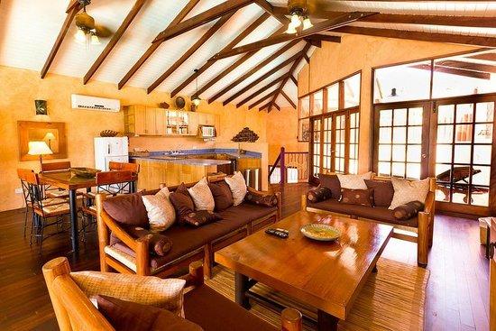 True Blue Bay Boutique Resort: Villa Livingroom