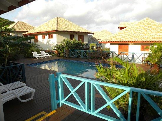 West Hill Bungalows : uitzicht op zwembad