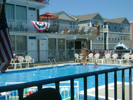 Le Voyageur Motel: Pool View