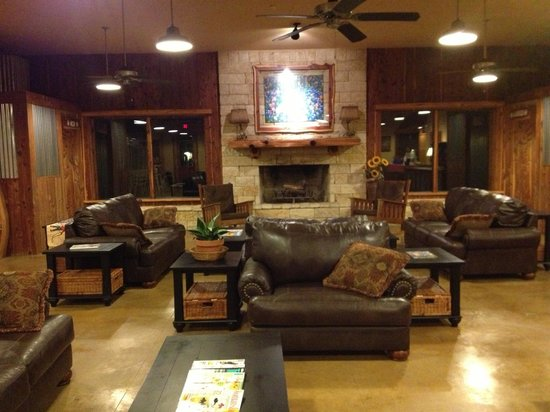 Jellystone Park Texas Wine Country Camping Resort: Lodge area