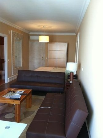 Inn Seventies: seating area and bed area in room 304