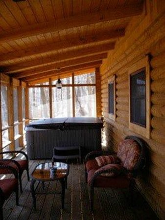 Valley View Cabins: Hot Tub on Porch