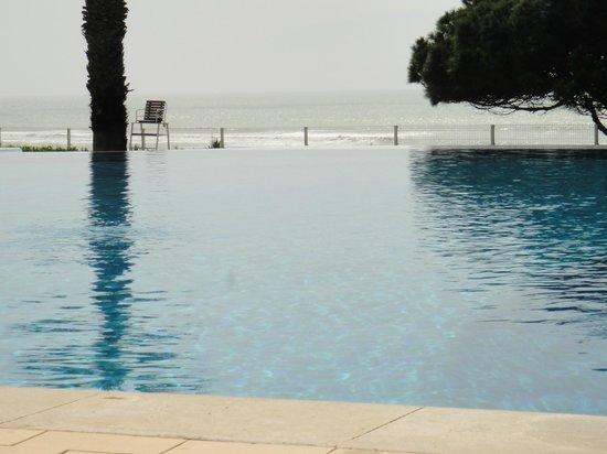 Grand Muthu Oura View Beach Club: infinity pool beautiful but no lifeguard