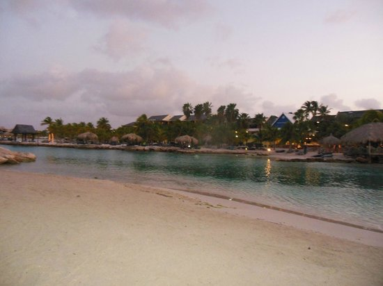 The Royal Sea Aquarium Resort: Strand bei Sonnenaufgang