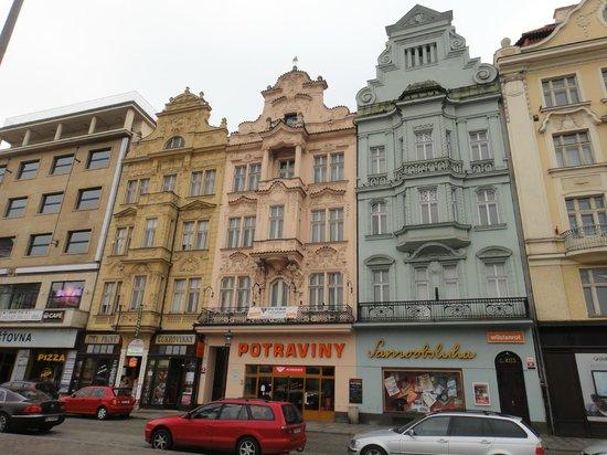 Hotel Central: Все здания на площади, за искл. двух, выглядят так