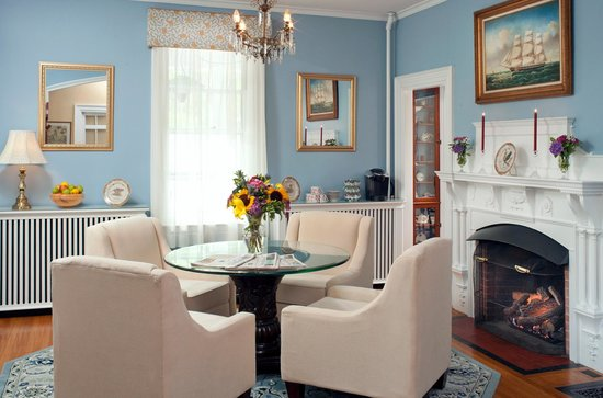 Maine Stay Inn and Cottages: Living room in the main house