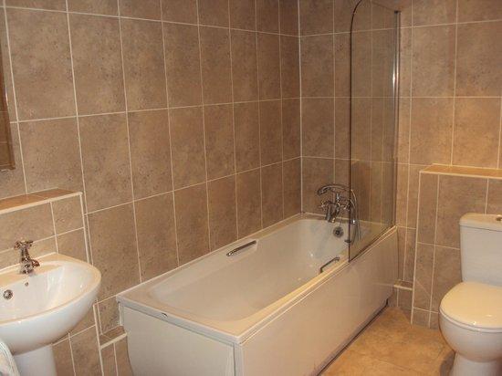 The Lion Hotel: Bathroom