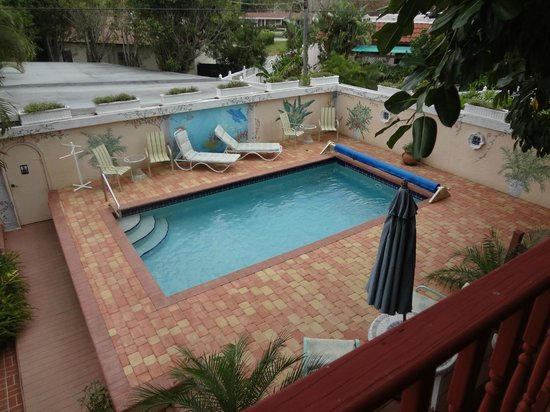 Banyan House Vacation Rentals: View of pool from room