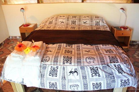 Pension Chez Tita et Lionel: Fiori fresco sul letto ogni giorno