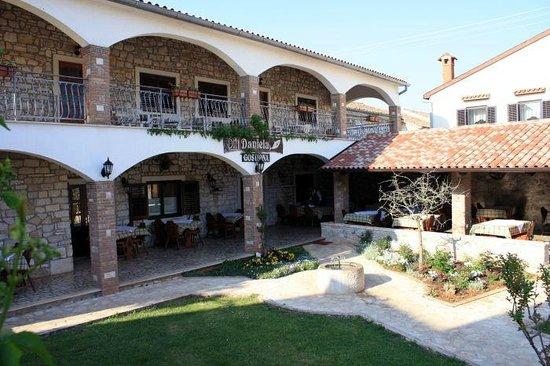 Ingresso ristorante sopra si intravede la terrazza che for Camere a porec