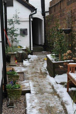 130 Corve Street B&B: Courtyard