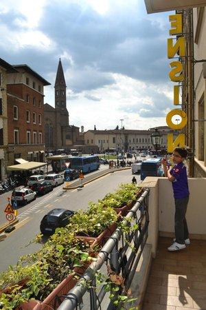 ลาเรซสิเดนซ่า เดลโลราโฟ: Balcony overlooking the main road