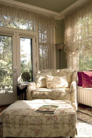 A G Thomson House Bed and Breakfast: Delightful sunroom