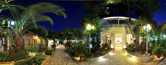 Rouda Bay Hotel: garden by night
