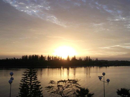 Krabi River Hotel : sunrise across the river