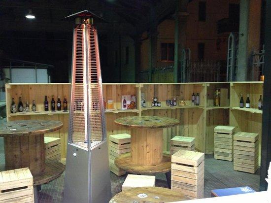 La Piazzetta: Arredamento della piadineria fatto con bobine dell'enel e bancali di legno