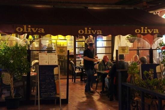 Restaurante Oliva: Looking in to Oliva Restaurante
