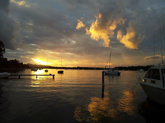 Islander Noosa Resort: Sunset. Noosa River across Islander Resort