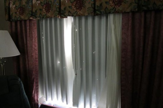 Quality Inn Hillsville: Privacy shade with holes