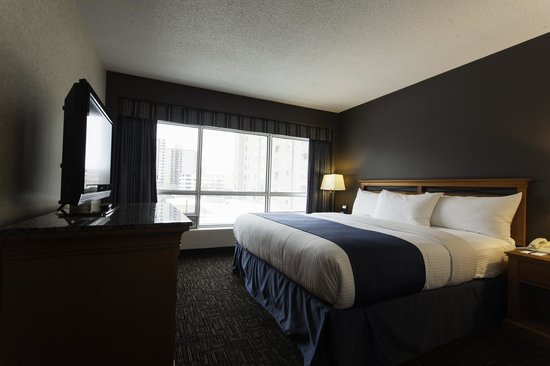 Park Town Hotel: Looking for more room, or to host a business meeting? Try our Executive Suite.