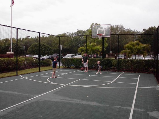 Residence Inn Tampa Sabal Park/Brandon: We played at the basketball court in the mornings.